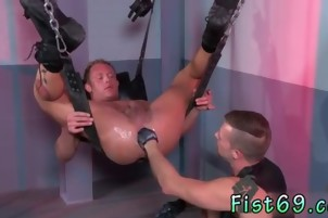 1 boy gay porn Brian Bonds wastes no time oiling up